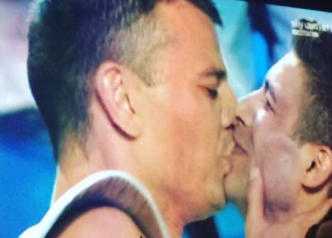 Italia's got talent, la proposta di matrimonio con bacio gay ed è momento cult! [Video]