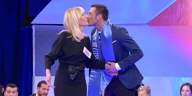 Uomini e donne, Sossio vince la sfilata e balla con Gemma (video trono over del 5 febbraio)