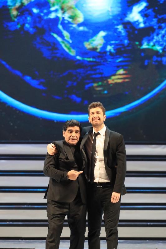 """""""Tre volte 10"""", lo spettacolo di Alessandro Siani con Maradona ospite in prima serata su NOVE"""