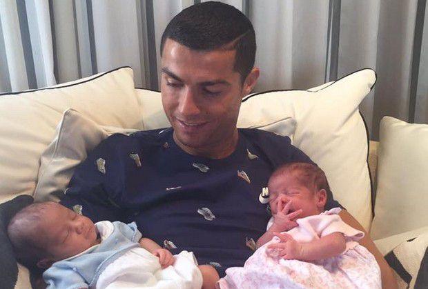 Cristiano Ronaldo papà presenta i gemelli su Fb: benvenuti Mateo e Eva