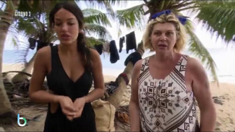 Nadia Rinaldi e Rosa Perrotta litigano per il cocco copy