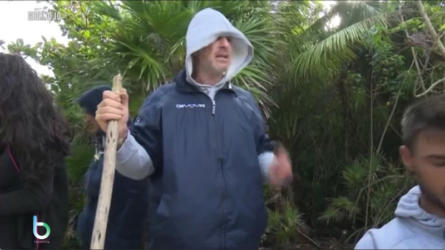 Filippo Nardi pulisce l'isola copy