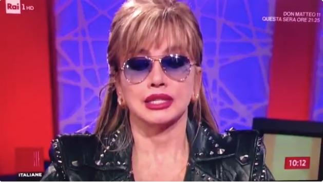 Milly Carlucci apprende la morte del suo produttore Bibi Ballandi in diretta ad Unomattina [Video]
