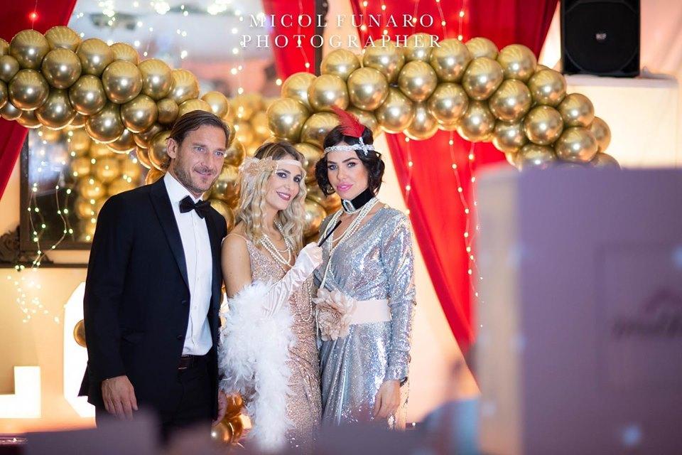 Ilary Blasi e Francesco Totti, oufit in stile Grande Gatsby al compleanno di Melory