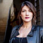 Valentina Petrini conduce Fake la fabbrica delle notizie