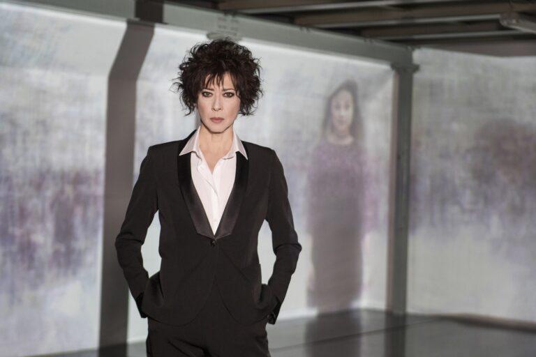 Amore criminale, Veronica Pivetti torna in prima serata Rai tre per raccontare casi di violenze sulle donne